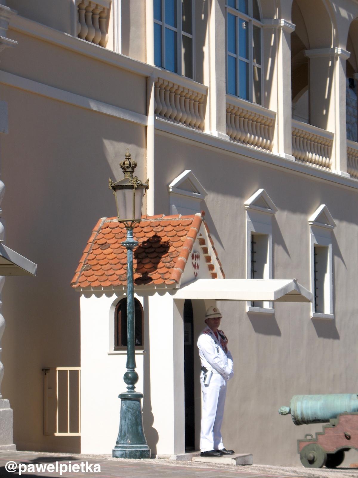 15 Monako Palac Ksiazecy straznik warta
