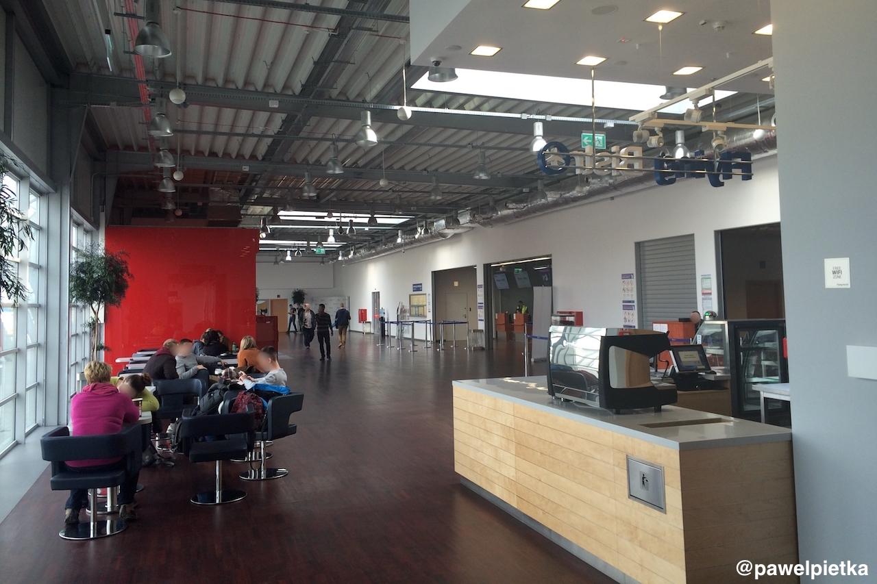 Port lotniczy Radom Sadkow pasazerowie terminal wnetrze bar ludzie