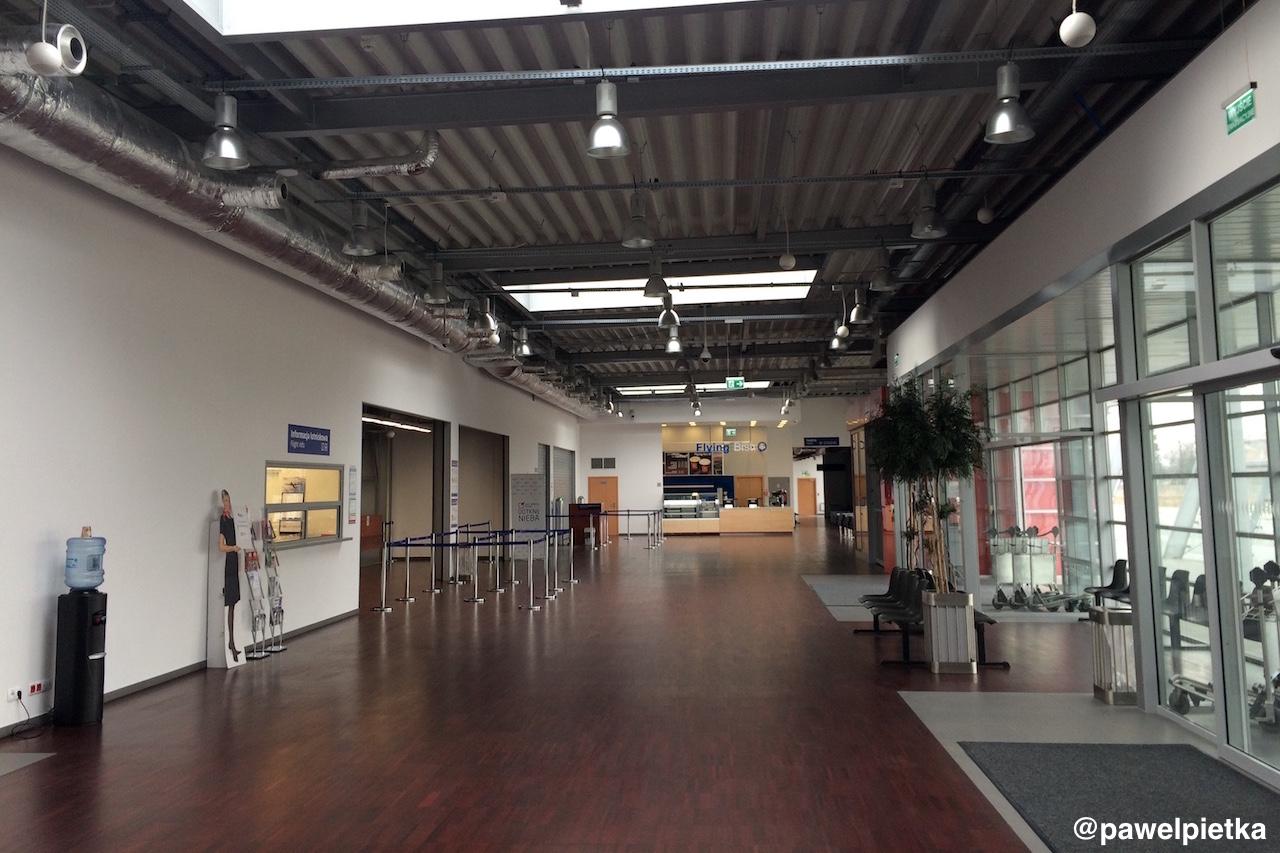 Port lotniczy Radom Sadkow terminal wnetrze bar pusto