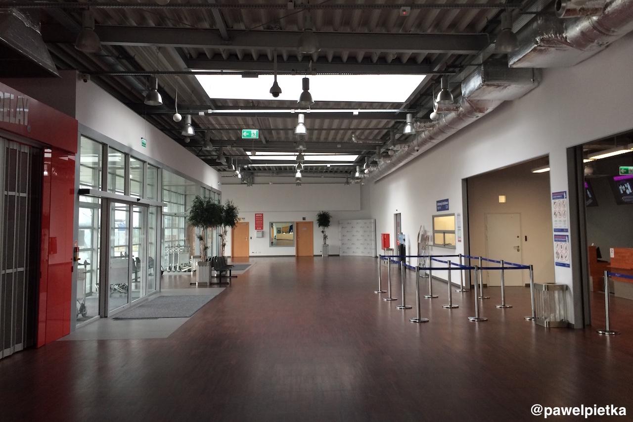 Port lotniczy Radom Sadkow terminal wnetrze checkin odprawa poczekalnia budynek